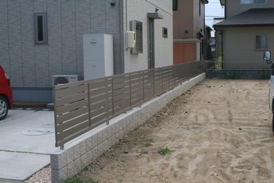 横スリットのフェンス